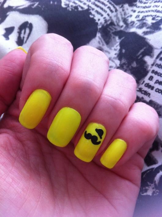unha da semana, amarelo neon, amarelo fluor, mustache, adesivo, bigodinho