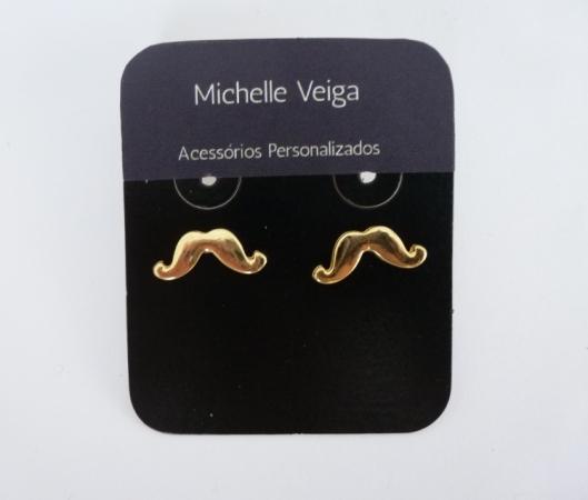 Brinco mustache, bigodinho, mustache dourado, brinco pequeno, loja online, compra online, aacessorios modernos, personalizados, acessorios em joinville, bijuteria em joinville